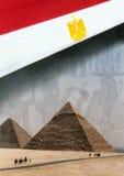egypt flaggapyramider royaltyfri fotografi