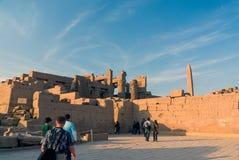 egypt luxor Februari 20, 2017: Sikt f som baken av fördärvar av den Luxor templet på solnedgången Arkivbild