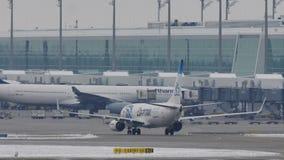 EgyptAir Боинг 737-800 SU-GEH ездя на такси в авиапорте Мюнхена, MUC
