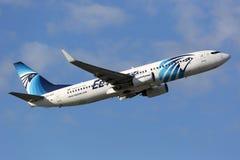 EgyptAir Boeing 737-800 Royaltyfria Foton