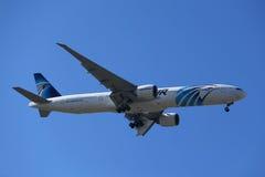 EgyptAir Boeing 777 descend pour débarquer à l'aéroport international de JFK à New York Images stock