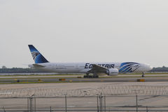 EgyptAir Boeing 777 imposant dans l'aéroport de JFK dans NY Photos stock
