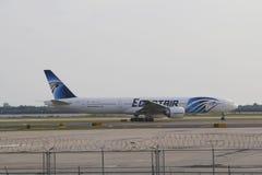 EgyptAir Boeing 777 som beskattar i JFK-flygplats i NY Arkivfoton