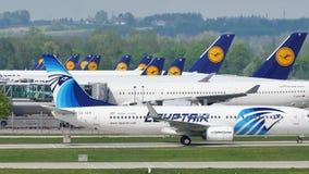 EgyptAir que lleva en taxi en el aeropuerto de Munich, MUC almacen de video