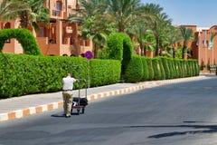 Egypte, Hurghada, September 2015: - De werknemer draagt bagg stock foto