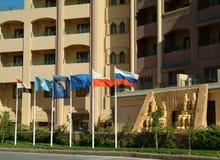 EGYPTE, 15 Januari, 2005: De vlaggen van de staat van Rusland, Duitsland, Polen en de Europese Unie die in de wind bij de ingang  Stock Fotografie