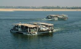 EGYPTE, 15 Januari, 2005: Passagiersschepen en boten voor de lokale bevolking op de blauwe Nijl, Egypte, Noord-Afrika Stock Foto's