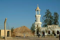 EGYPTE, 15 Januari, 2005: Weinig moskee achter het prikkeldraad, Egypte Royalty-vrije Stock Fotografie