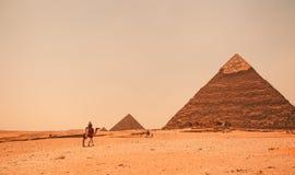 Egypte, Kaïro; 19 augustus, 2014 - de Egyptische piramides in Kaïro De boog van de tempel Stock Foto's