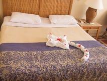 Egypte Sharm Gr Sheikh Hotel Royal Grand Sharm 10 Juli, 2014: Decoratie van de bedhanddoeken in hotelruimte Royalty-vrije Stock Afbeeldingen