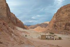 Egypte. Sinai. Gekleurde canion onder bergen royalty-vrije stock foto