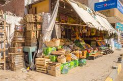 EGYPTEN HURGHADA - 01 Avril 2019: Framdelen av en frukt och en grönsak shoppar royaltyfri foto