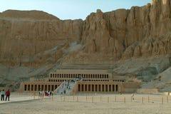 EGYPTEN Januari 15, 2005: Bårhustemplet av Hatshepsut, också som är bekant som Djeseren-Djeseru, Thebes, UNESCOvärldsarv, Arkivbilder