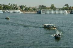 EGYPTEN Januari 15, 2005: Passagerareskepp och fartyg för den lokala befolkningen på den blåa Nilen, Egypten, Nordafrika Royaltyfri Fotografi