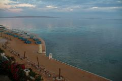 EGYPTEN Januari 15, 2005: Töm stranden utan turister i Röda havet, Hurghada, Egypten Royaltyfri Foto