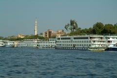 EGYPTEN Januari 15, 2005: Turist- passagerareskepp på den blåa Nilen, på pir Aswan, Egypten Arkivbilder