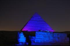 Egypten - pyramider på natten royaltyfria bilder