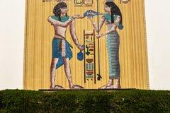 Egypten rörelse- mosaik på en stor vägg som göras av guld- plattor royaltyfria foton