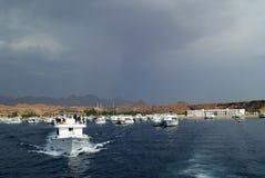 EGYPTEN SHARM EL SHEIKH - SEPTEMBER 21, 2010: turist- yachter går till havet Arkivfoto