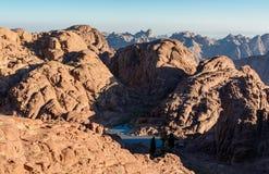 Egypten Sinai, montering Moses Sikt från vägen på vilket vallfärdar klättring berget av Moses och den lilla bergsjön i dalen royaltyfri bild
