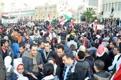 Egyptenaar die infront van legerhoofdkwartier aantoont Stock Foto's