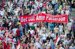 Egyptenaren die de steun van de V.S. van voorzitter Morsi protesteren Stock Foto