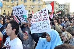 Egyptenaren die legerbarbarisme protesteren tegen vrouwen Stock Foto's