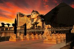 Free Egyptian Sphinx And Pyramid At Sunset Royalty Free Stock Photography - 131051117