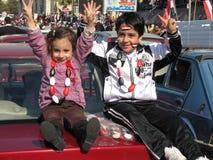 Egyptiens célébrant la démission du président Photos libres de droits