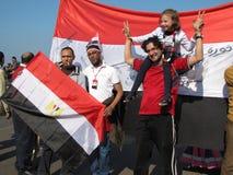 Egyptiens célébrant la démission du président Photo stock
