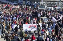 Egyptier som visar mot presidenten Morsi Royaltyfri Fotografi