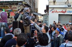 Egyptier som visar mot presidenten Morsi Arkivbilder