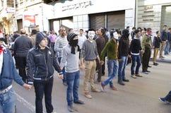 Egyptier som visar mot presidenten Morsi Arkivbild