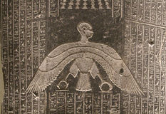 Egyptierdiagram och hieroglyfer på stenlättnad Royaltyfri Foto
