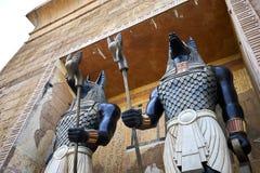 Egyptioan vaktstatyer som rymmer personaler på Universal Studios Singapore arkivbild