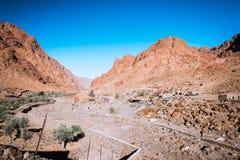 Egyptisch landschap, Bedouin dorp in woestijn stock foto's