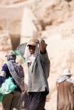 Egyptische arbeider in Tempelvallei, Egypte Stock Fotografie