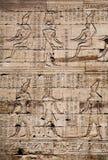 Egyptische beelden en hiërogliefen die op steen worden gegraveerd Royalty-vrije Stock Afbeeldingen