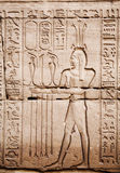 Egyptische beelden en hiërogliefen die op steen worden gegraveerd Stock Afbeelding