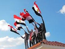 Egyptische demostrators die vlaggen golven stock foto