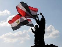 Egyptische demostrators die vlaggen golven Royalty-vrije Stock Afbeeldingen