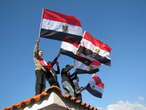 Egyptische demostrators die vlaggen golven Stock Afbeelding