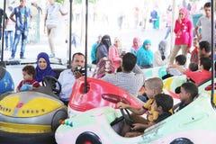 Egyptische families die pret hebben royalty-vrije stock afbeelding