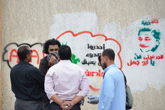 Egyptische graffitiartitist die aan demostrators spreekt Stock Foto's