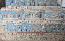 Egyptische hiëroglyfische schilderijen op een tempelmuur Stock Afbeelding
