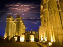 Egyptische kolommen bij nacht Royalty-vrije Stock Fotografie