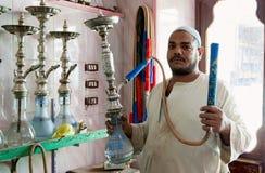 Egyptische mens met een selectie van shisha stock fotografie