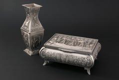 Egyptische metaalvaas en kist Royalty-vrije Stock Afbeeldingen