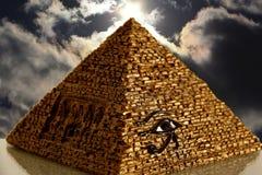 Egyptische Piramide met cloudscapeachtergrond Royalty-vrije Stock Afbeelding