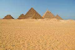 Egyptische piramides in de woestijn stock afbeeldingen